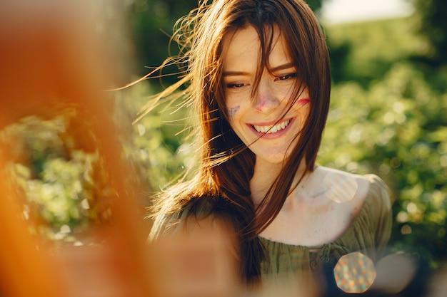 夏の畑でキュートで美しい少女