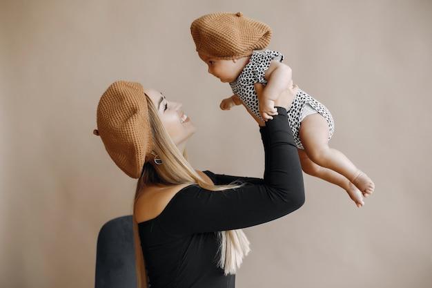 Элегантная мама с милой маленькой дочкой