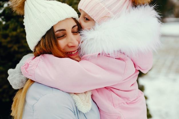 冬の公園で母と娘