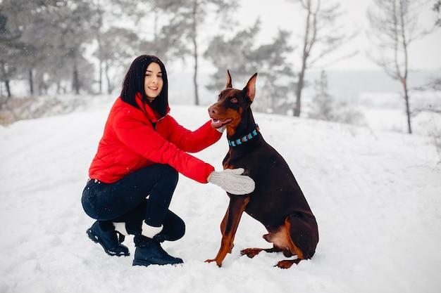 Молодая девушка в зимнем парке
