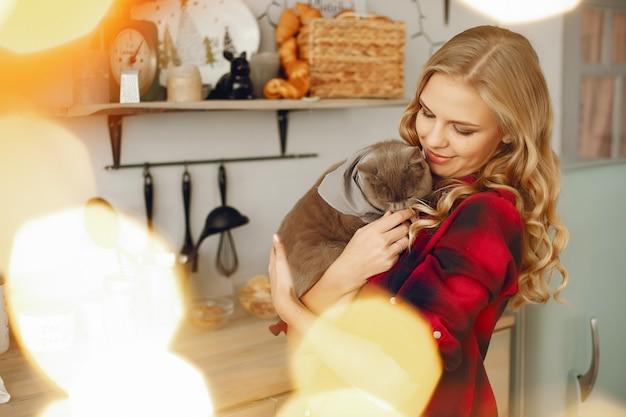 自宅で猫と遊ぶ美しい少女