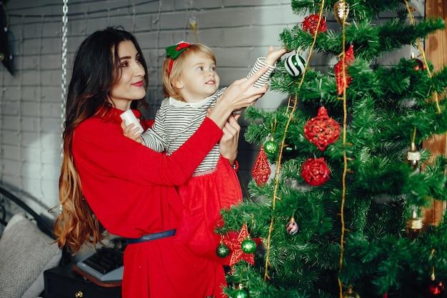 Мать с милой дочерью дома