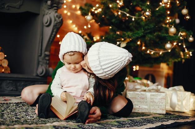 自宅でかわいい娘を持つ母