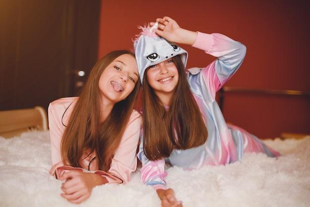 かわいいパジャマ姿の二人の少女