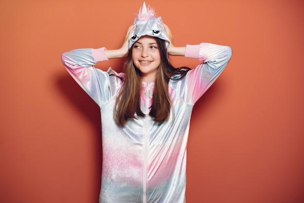 かわいいパジャマで美しい少女
