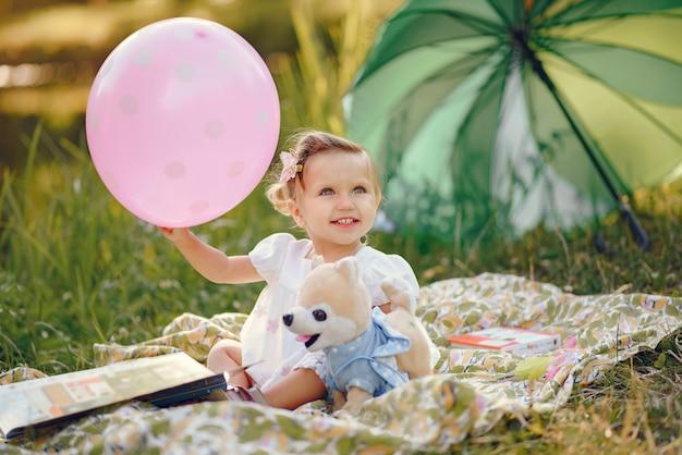 Милая маленькая девочка, играя в парке