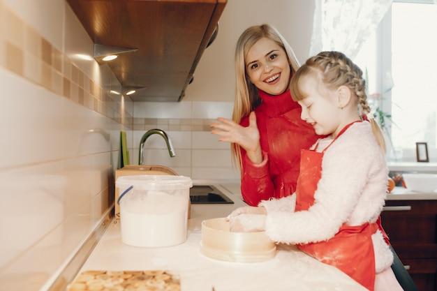 かわいい家族がキッチンでブレイクフェストを準備します