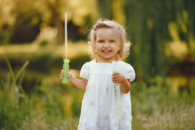 公園で遊ぶかわいい女の子