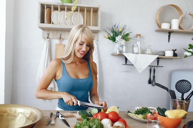 野菜と台所で美しく、スポーティな女の子