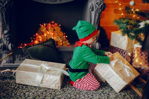 クリスマスの装飾の近くに自宅でかわいい弟