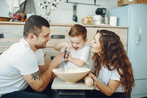 台所で幼い息子と家族