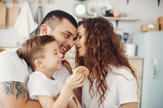 自宅の台所に座っている愛情のある家族