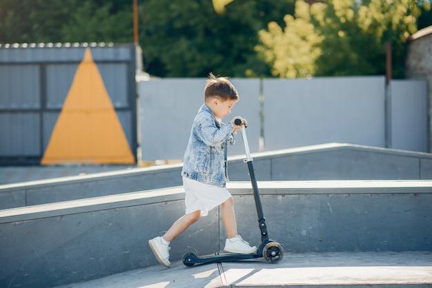 夏の公園で遊ぶかわいい小さな子供たち