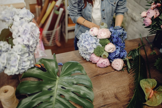 花束を作る花屋の花屋