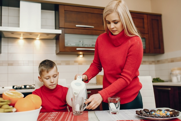 台所で幼い息子とかわいい母