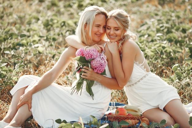 Мать с красивой дочерью в осеннем поле