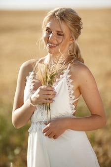秋のフィールドで美しいエレガントな女の子
