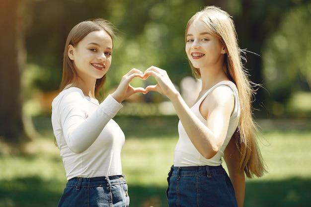 Две элегантные и стильные девушки в весеннем парке