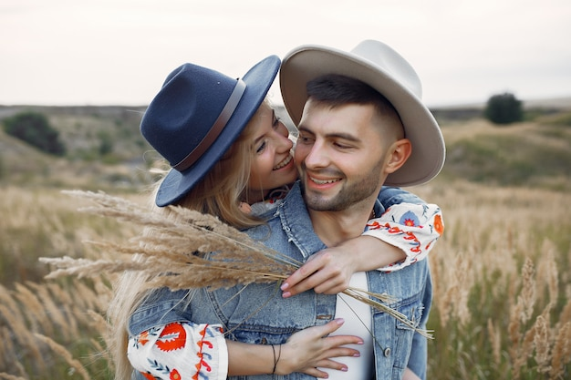 麦畑で非常に美しいカップル