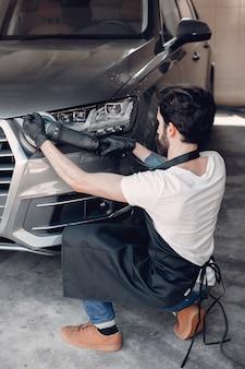 男はガレージで車を磨く
