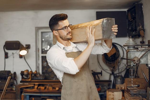 木で働くハンサムな大工