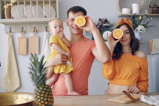 Красивая семья готовить еду на кухне
