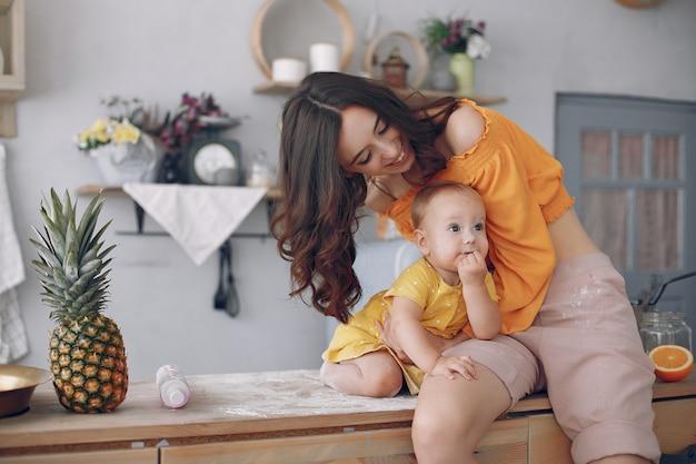 自宅で小さな娘と遊ぶ母