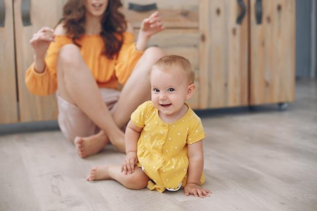 Мать играет с маленькой дочкой дома