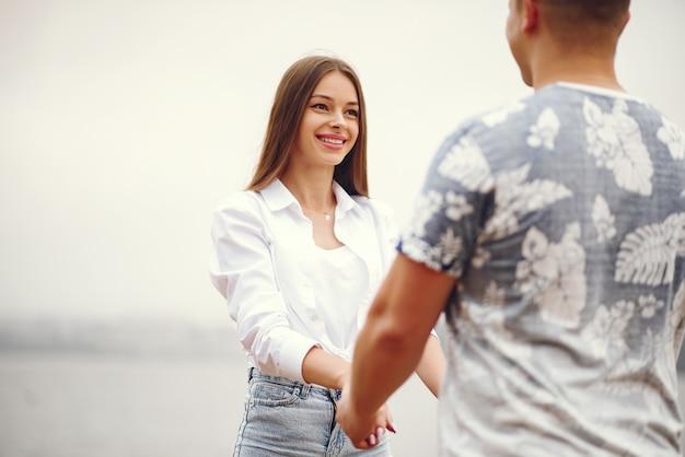 Красивая пара проводит время в осеннем облачном парке