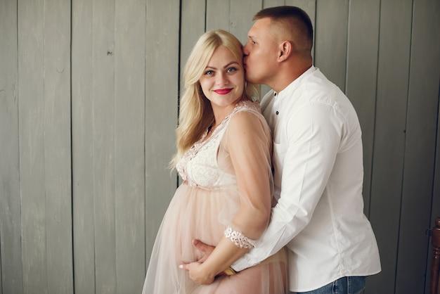 スタジオで夫と美しい妊娠中の女性