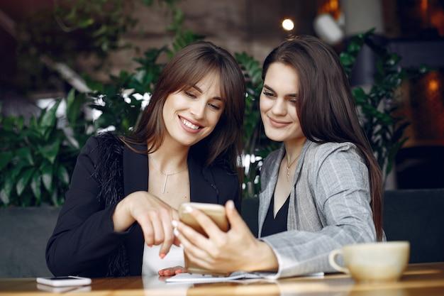 Две девушки работают в кафе