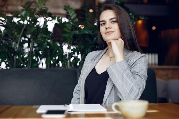カフェのテーブルに座って働く実業家