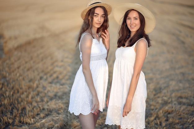 秋の麦畑で美しいエレガントな女の子