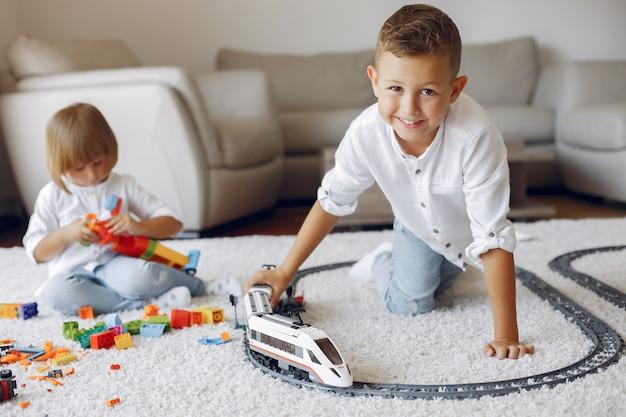 プレイルームでレゴとおもちゃの列車で遊ぶ子供たち