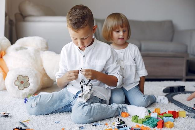 Дети играют с лего в игровой комнате