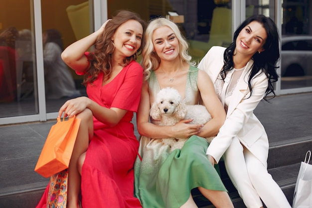 Элегантные женщины с сумками в городе