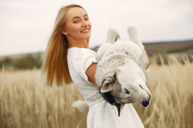 Элегантная и стильная девушка в осеннем поле