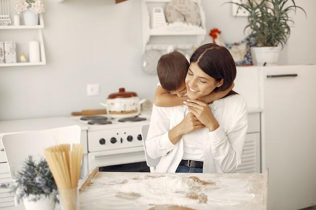 家族はキッチンに座って、クッキーの生地を調理します。