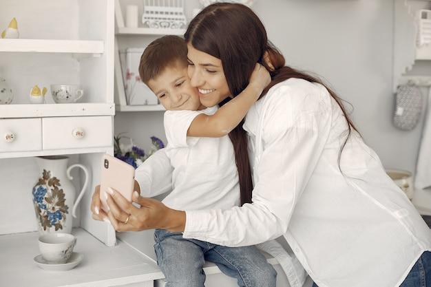 家で楽しんでいる幼い息子を持つ母