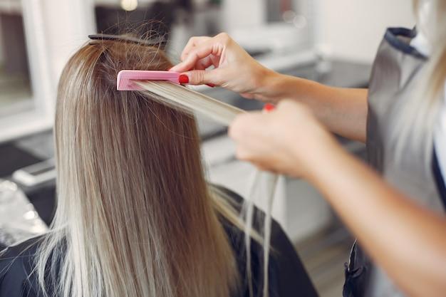 美容師は彼女のクライアントの髪型をします