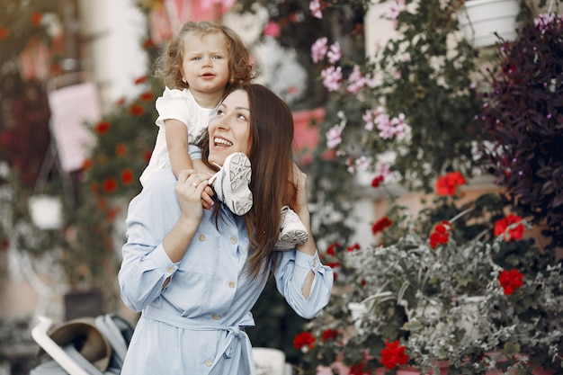 夏の街で遊ぶ娘と母