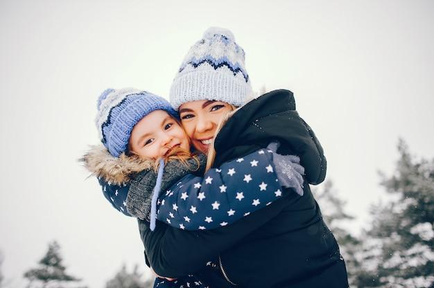 冬の公園で遊ぶ母と小さな女の子