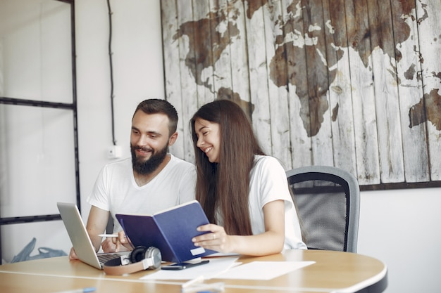 Молодые люди работают вместе и используют ноутбук