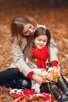 秋の公園でキュートでスタイリッシュな家族