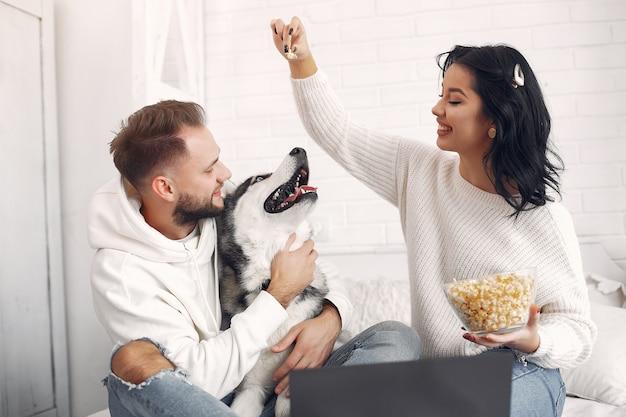 Красивая пара проводит время в спальне