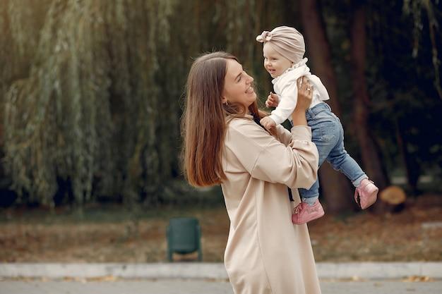 Мама с маленьким ребенком проводят время в парке