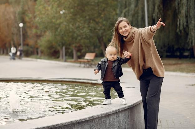 小さな子供を持つ母は公園で時間を過ごす