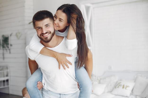 美しいカップルは寝室で時間を過ごす