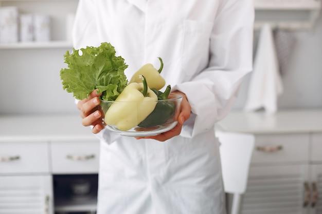 Доктор на кухне с овощами