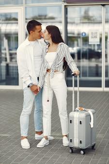 空港近くに立っている美しいカップル